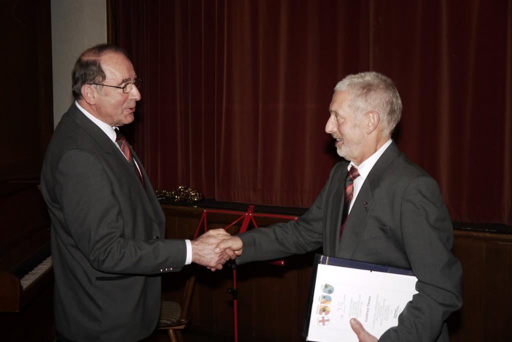 Der 1. Vorsitzende Heinz Dick gratuliert