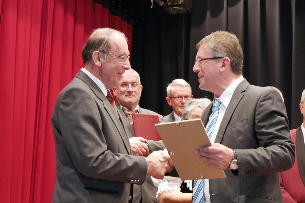 Willi Ritter ehrt Heinz Dick für 50 Jahre Singen in der Sängerrunde Wildtal Foto: Sängerrunde Wildtal