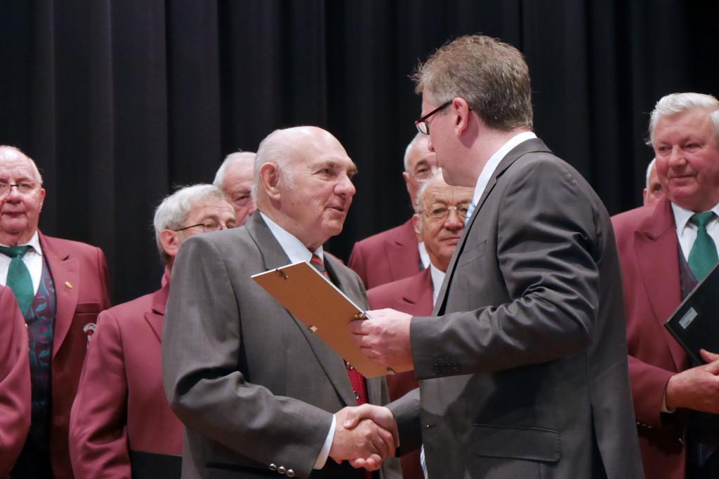 Willi Ritter ehrt Max Unmüßig für 65 Jahre Singen in der Sängerrunde Wildtal Foto: Sängerrunde Wildtal