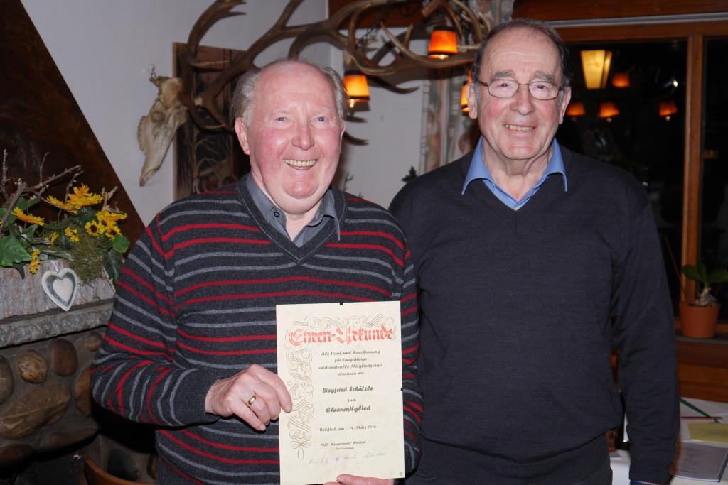 1. Vorstand Heinz Dick (rechts im Bild) überreicht Siegfried Schätzle die Ehrenurkunde für 25-jährige Mitgliedschaft